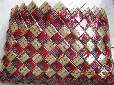 Terlihat produk tas tangan, sepintas dengan corak dan ornamen menarik